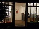 Der Blick von außen auf das Atelier bei Dunkelheit