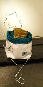 Taschendame Tugce serviert Kekse.