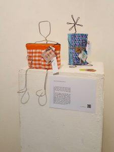 Ausstellung der Taschendamen. Freya und Myo auf einem Sockel.