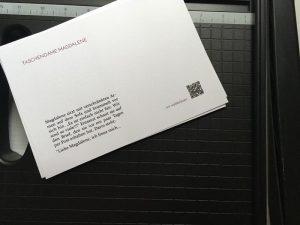 Ausstellungskarten für die Taschendamen mit einem Ausschnitt aus der jeweiligen Geschichte.